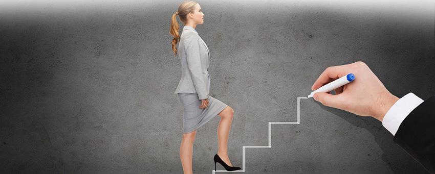 Энергичная женщина поднимается вверх по нарисованной мужской рукой лестнице